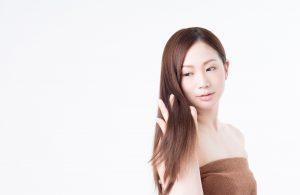 髪を確認するお風呂上がりの女性