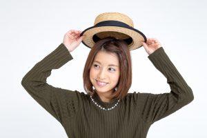 帽子をかぶる女性