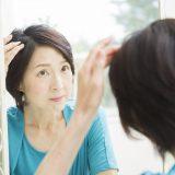 女性は更年期になると抜け毛が増える…!?【薄毛の原因と対策】