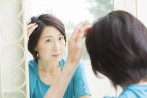 薄毛を気にする中年女性