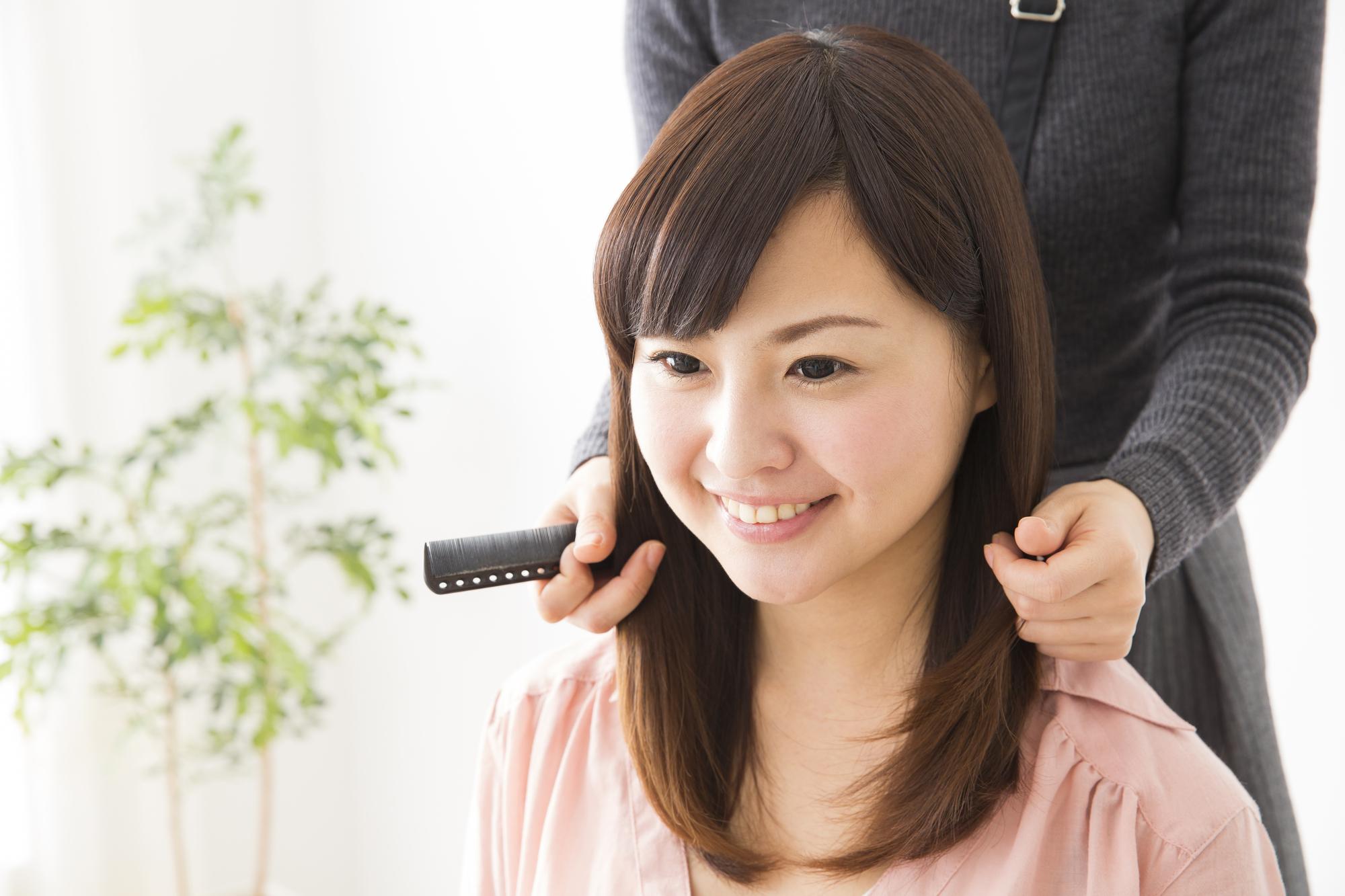 髪の毛をセットしてもらう女性