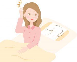 枕の抜け毛に驚く女性