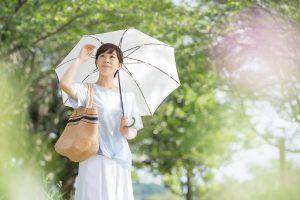 日傘をする女性