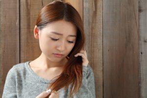 髪の毛の痛む女性