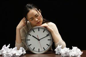 時間に悩む女性