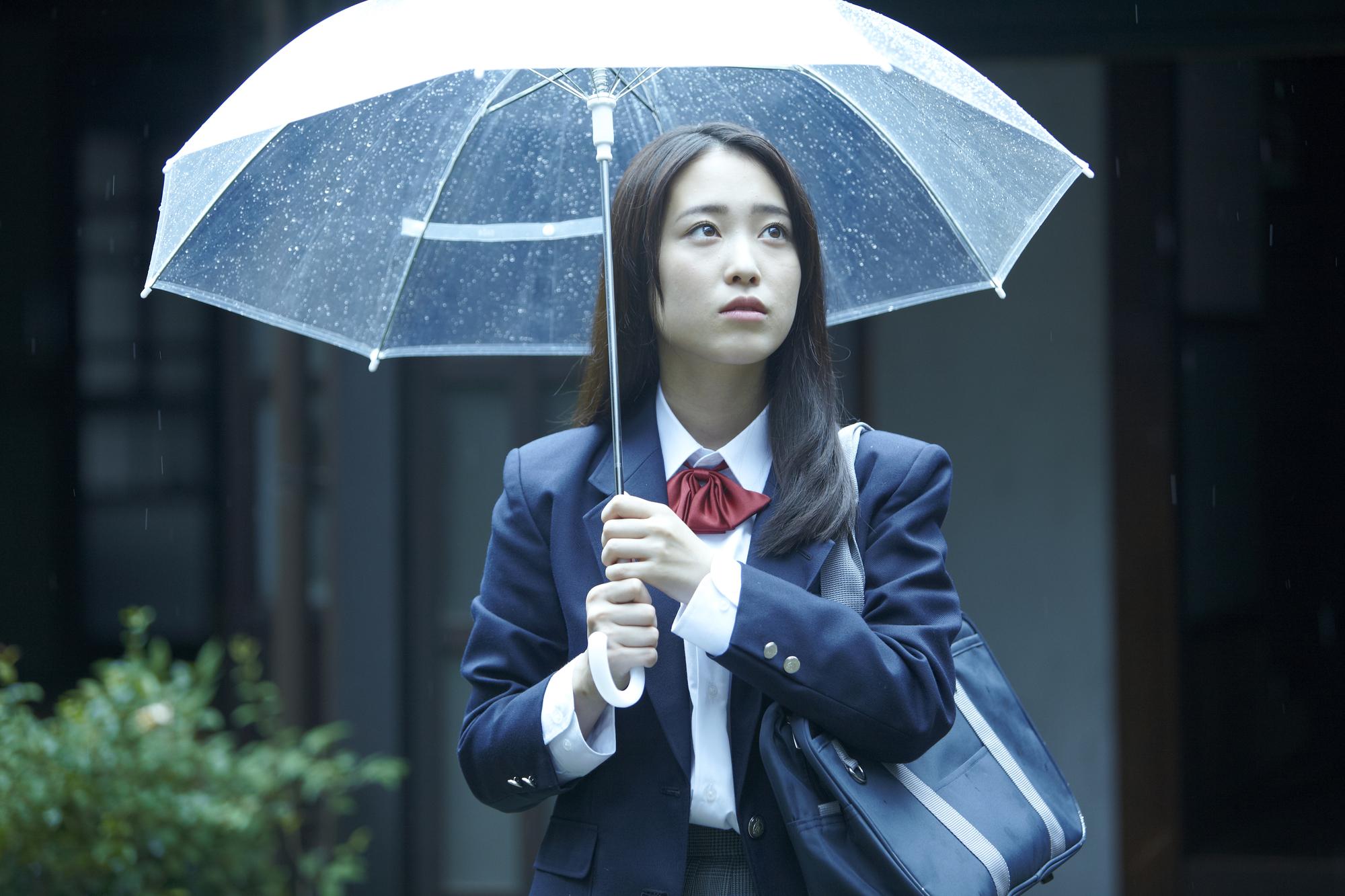 傘を持つ女子高生