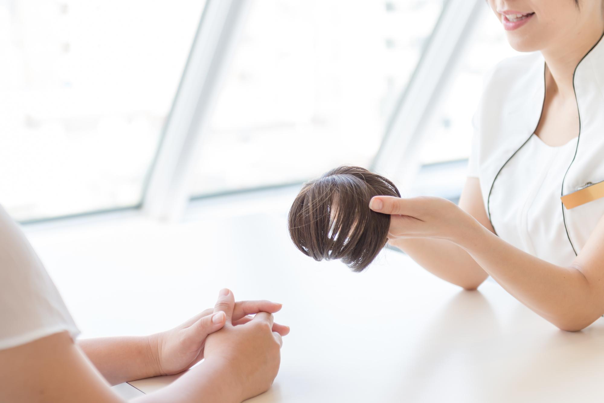 産後の抜け毛をウィッグやエクステで対策するメリットとデメリット