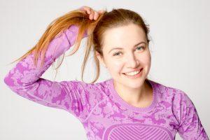 髪をつかむ女性