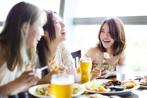 笑う女性3人