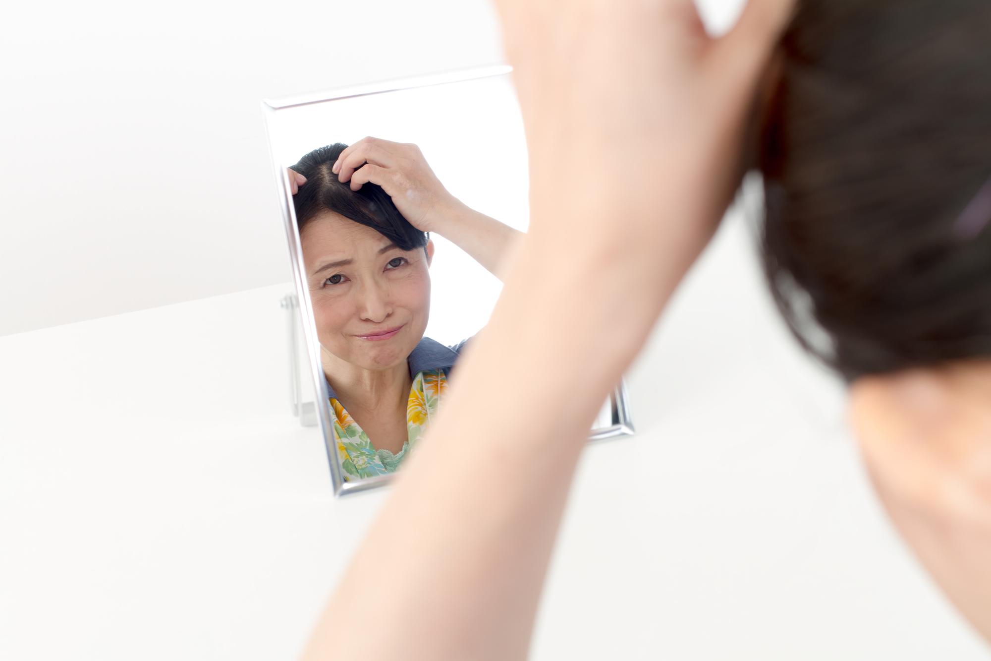 頭皮をきにする女性