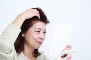 髪をチェックする女性