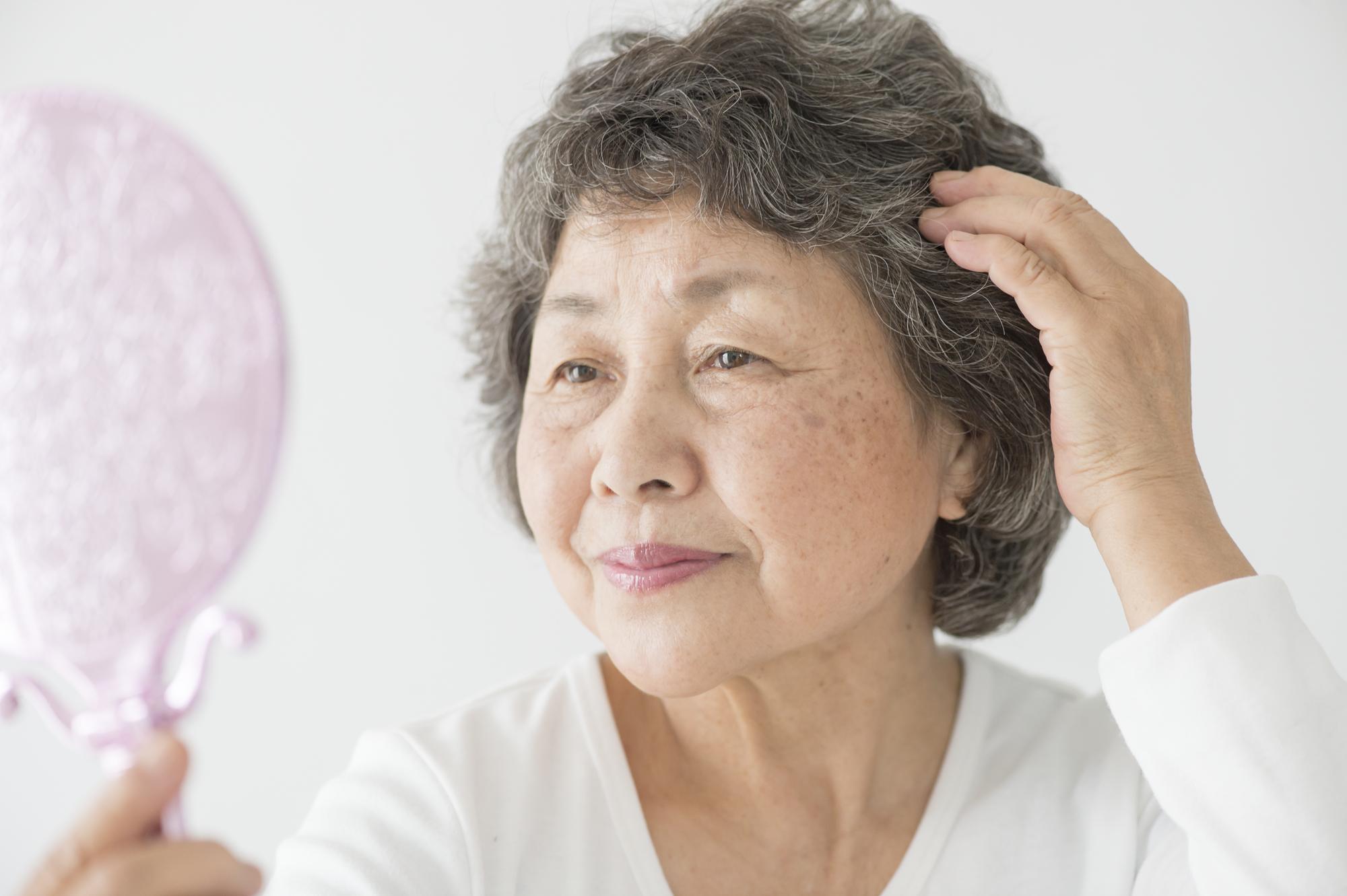 70代女性の薄毛を改善!原因に合った対策法を紹介