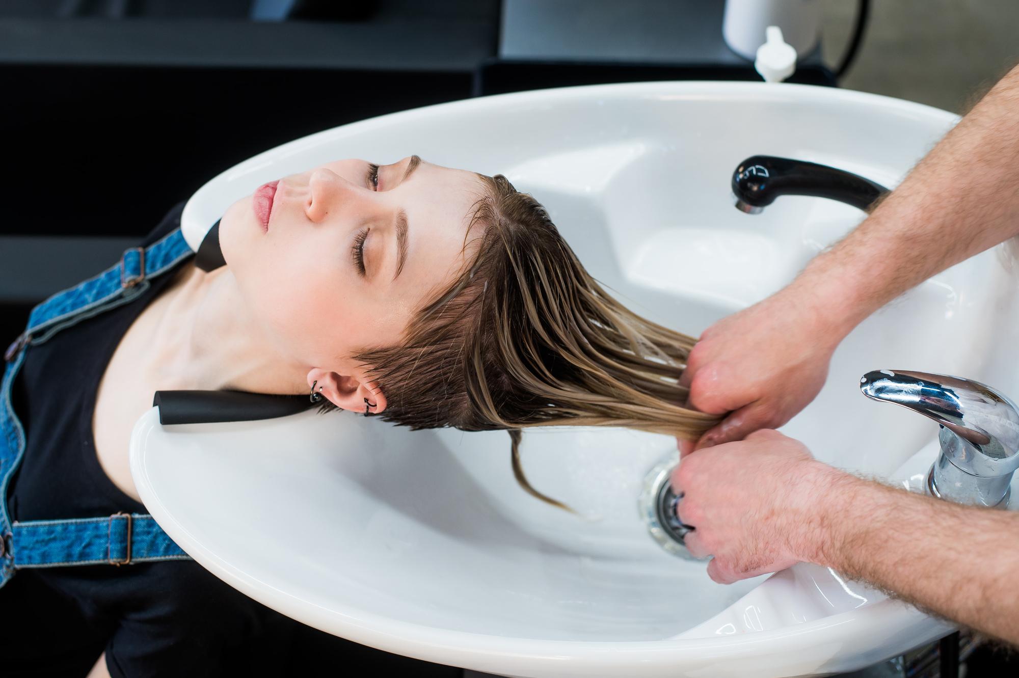 洗髪中の女性
