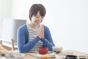 健康的な食事をとる女性