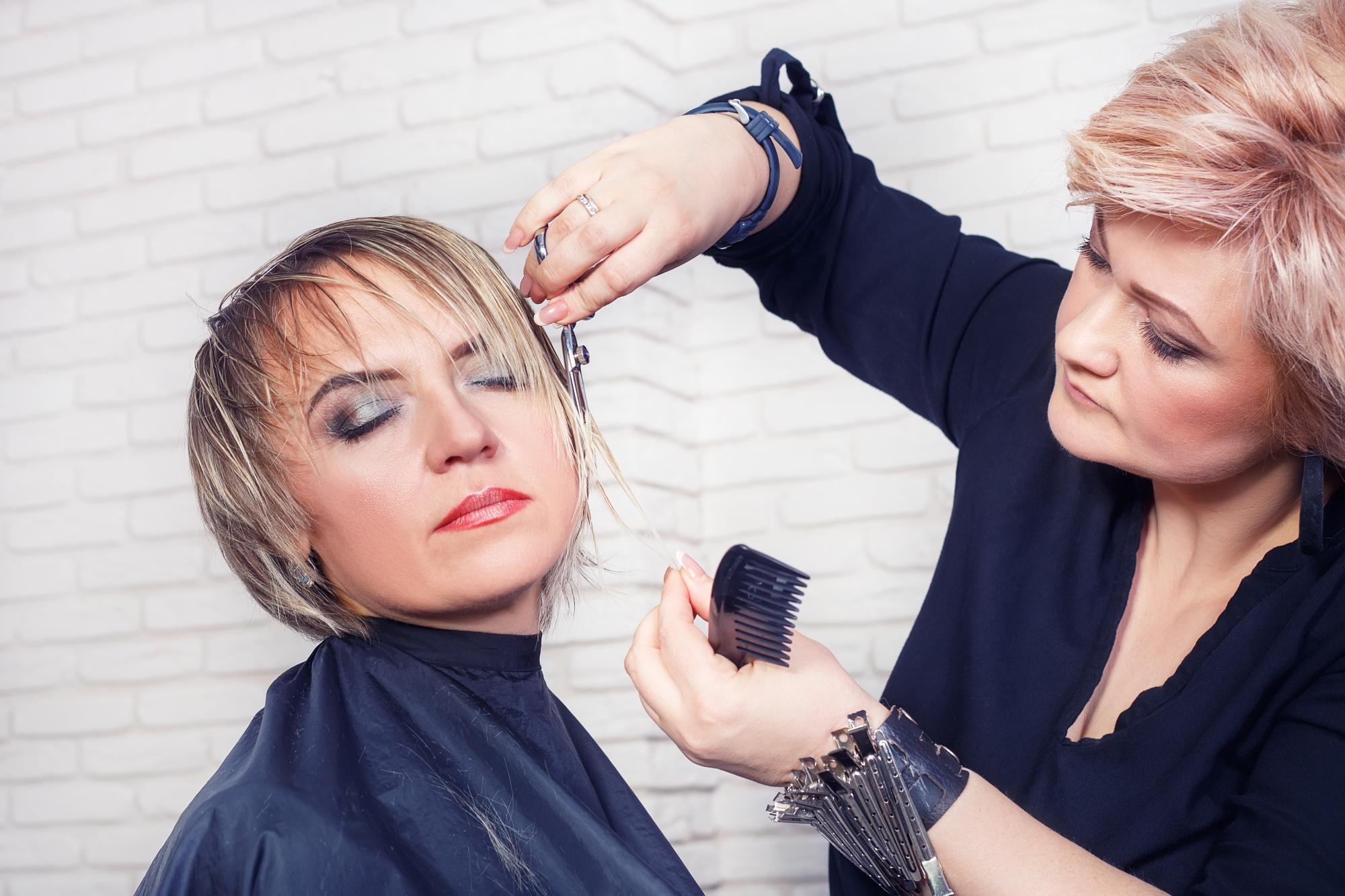 髪の毛を整えてもらう女性