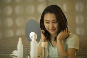 髪を整える女性