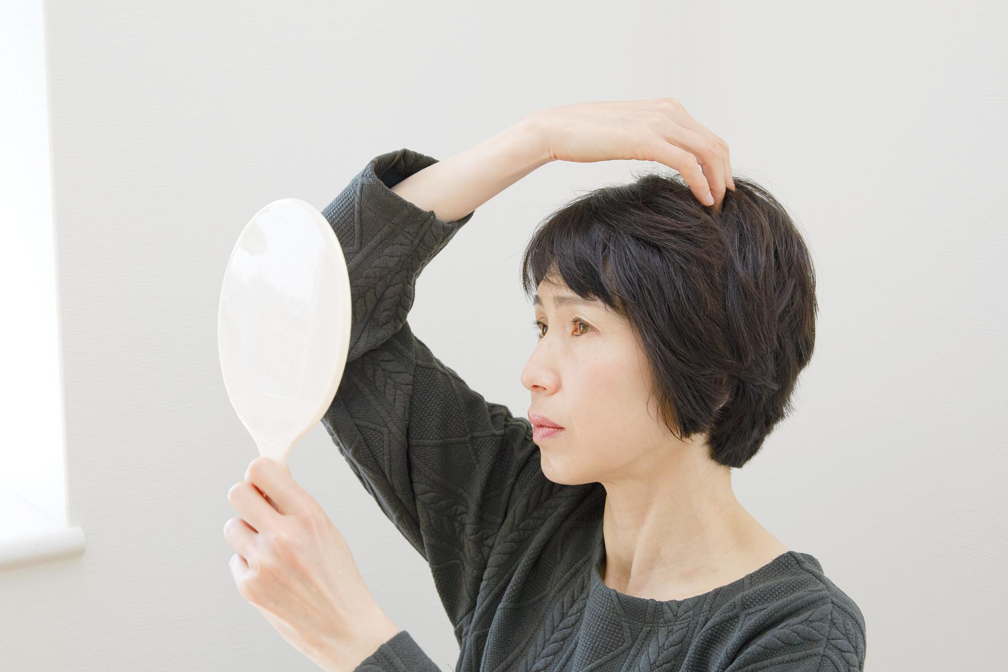 薄毛に悩む50代女性必読!見た目が若返るとっておきの髪型を紹介