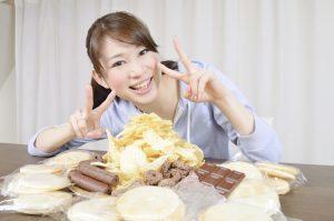 お菓子を食べる女性