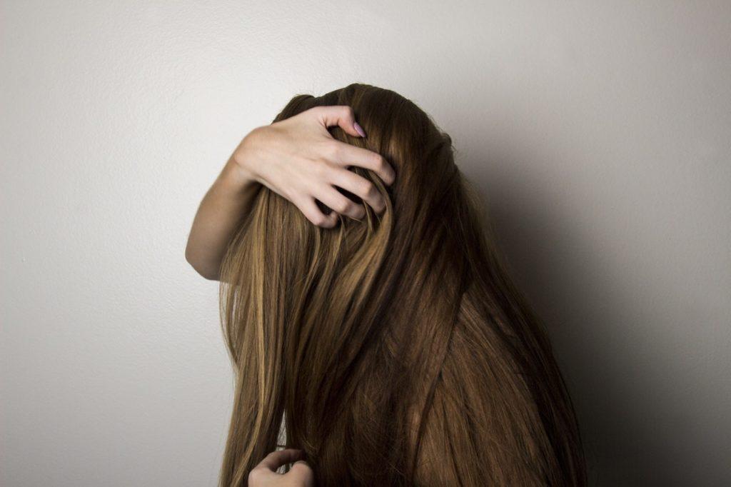 髪の毛を掴んでいる女性
