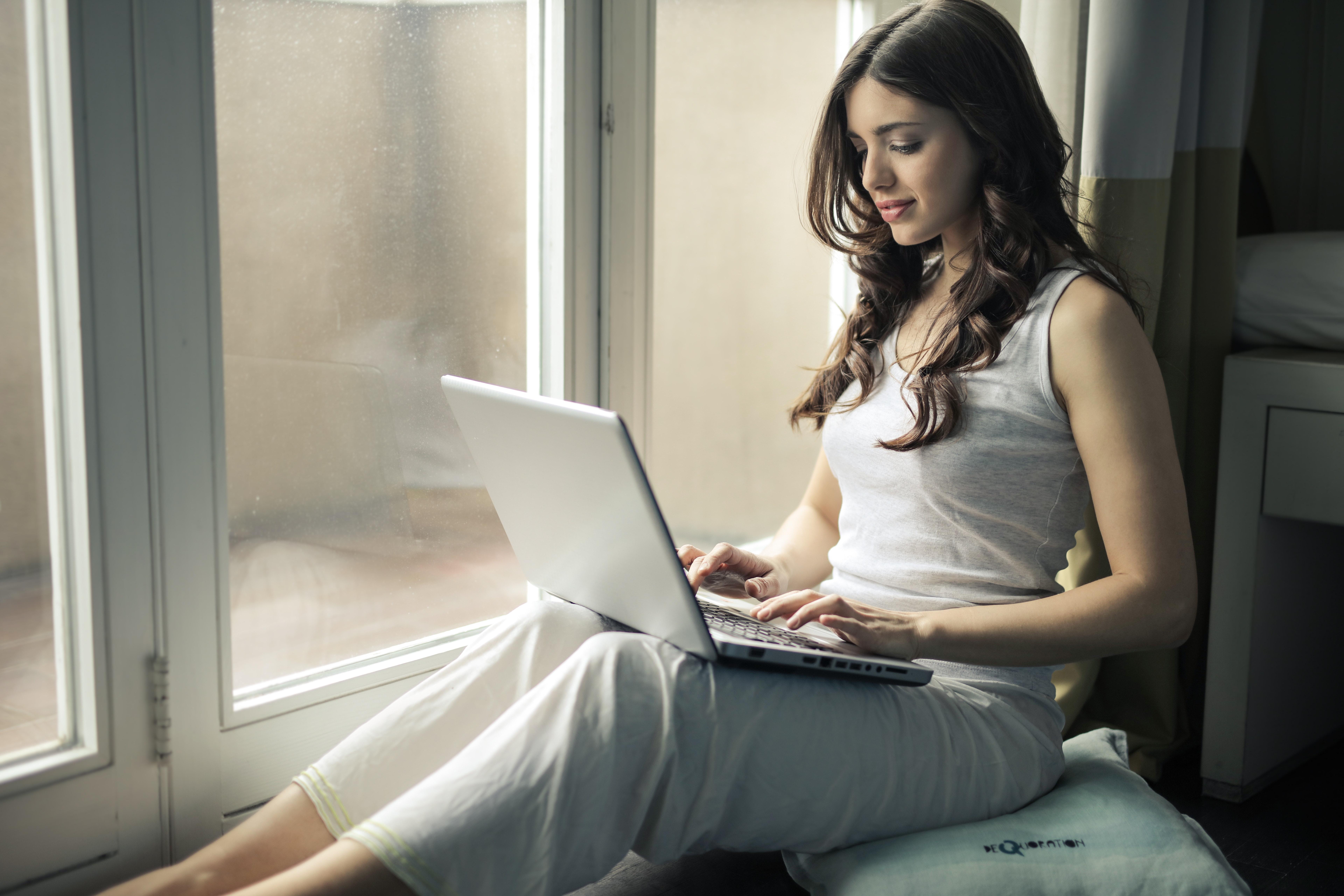 座ってパソコンを操作する女性