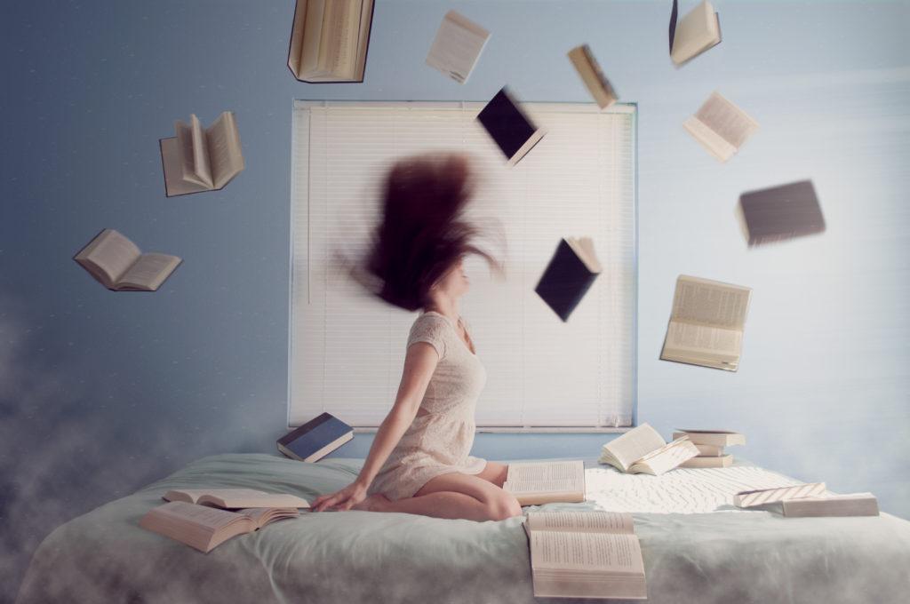 ばら撒かれた本と女性