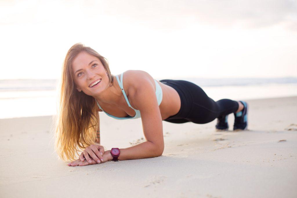 ビーチでエクササイズをする女性